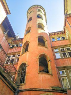 Les logements dans les traboules accessibles par d'anciens escaliers interieurs
