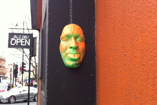 Visage de Gregos dans les rues de Londres