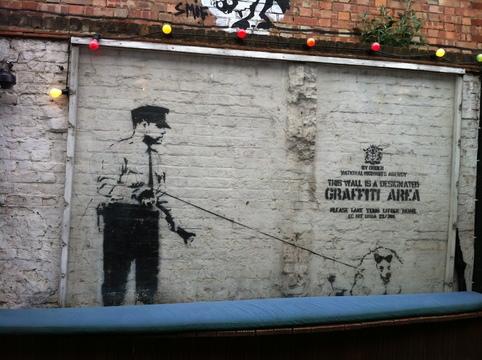 Oeuvre de Banksy sous plexiglass