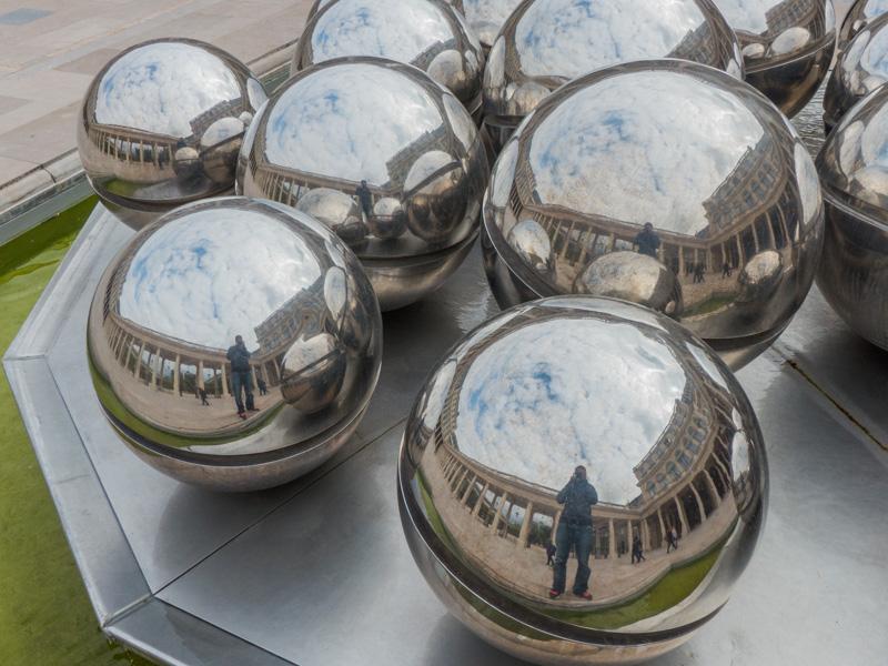 Un des deux fontaines à boules de Pol Bury