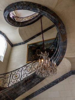 Escalier au lustre de cristal