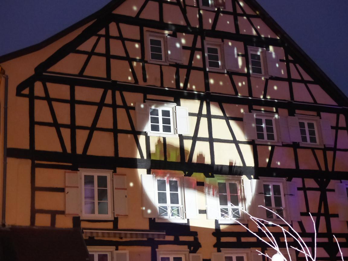 De nuit, des illuminations sont projetées sur les maisons