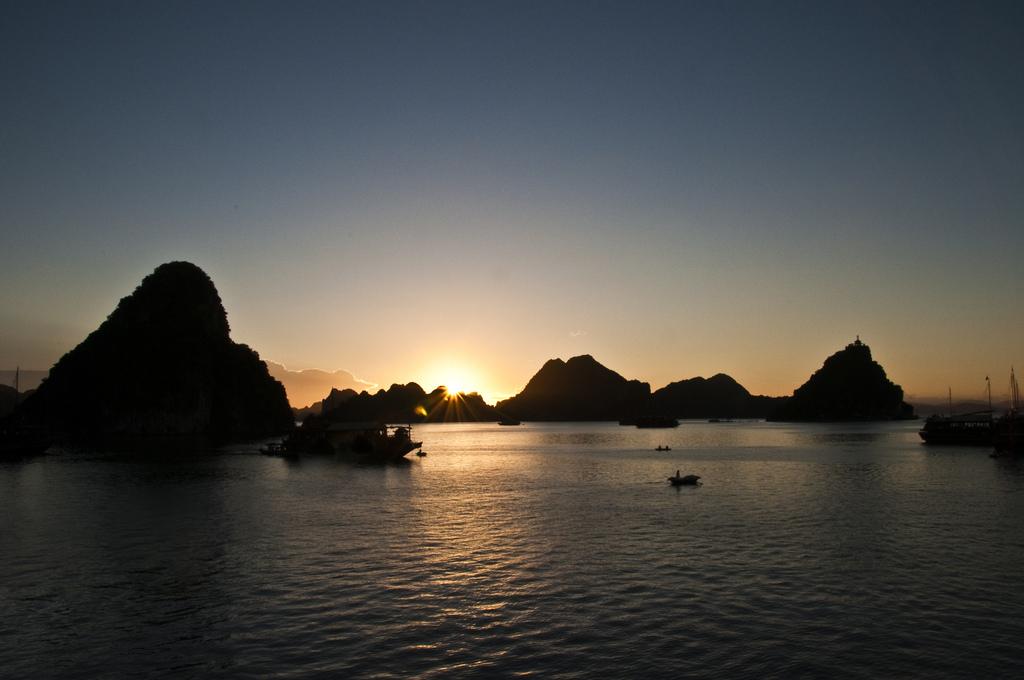 La Baie d'Halong au coucher de soleil